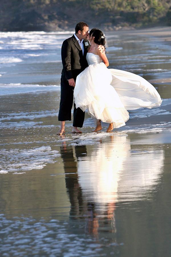 http://www.thalabeach.com.au/wp-content/uploads/2012/03/Beaach-couple-2.jpg